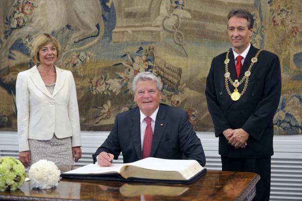 Bundespräsident Joachim Gauck trägt sich ins Goldene Buch in Bonn ein.(Foto: © Friedhelm Schulz/ Friedrichson Pressebild)