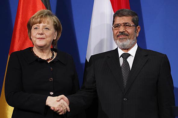Bundeskanzlerin Merkel (CDU) mit dem ägyptischen Präsidenten Mursi nach der gemeinsamen Pressekonferenz. (Foto: © VS 2013)