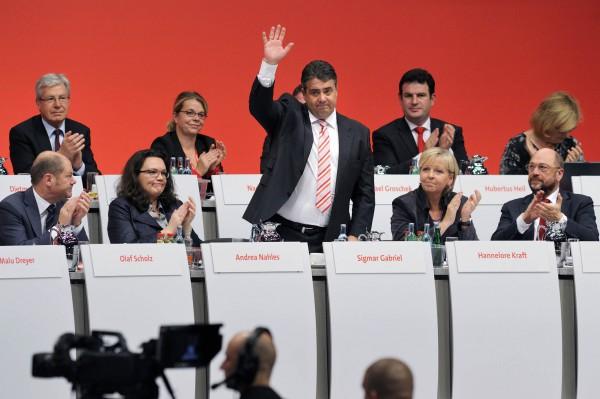 Nach seiner Rede vor den Delegierten, bedankt sich Sigmar Gabriel, SPD-Parteivorsitzender und winkte vom Plenum. (Foto: Friedrichson Pressebild / Freidhelm Schulz)