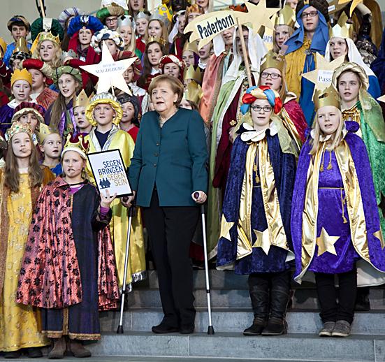 Bundeskanzlerin Merkel empfaengt die Sternsinger auf Krücken