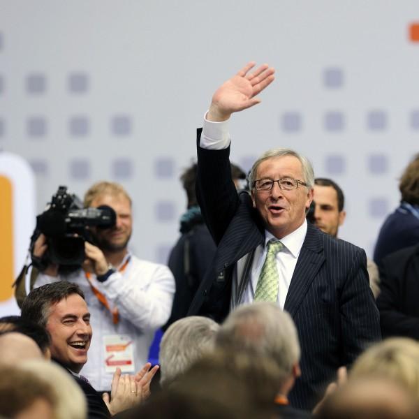 Parteitag der CDU-Deutschlands am 05.04.2014 in Berlin. Foto: Der Spitzenkandidat der Europäischen Volkspartei zur Europawahl, Jean-Claude Juncker, grüßt in die Versammlung. Links, unten, David McAllister, CDU. (Foto: Friedhelm Schulz/Friedrichson Pressebild)