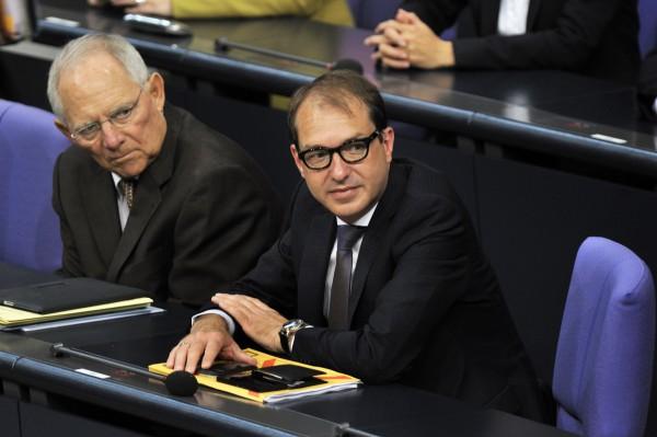 Deutscher Bundestag, Plenarssitzung am 25.06.2014. Foto: v.l.n.r. BMin. der Finanzen Dr. Wolfgang Schäuble, CDU, mit Alexander Dobrindt, CSU, BMin. für Verkehr und digitale Infrastruktur.