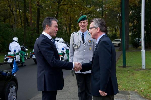 Rasmussen und deMaizière (damals Verteidigungsminister)in Berlin am 27.10.2011. (Foto: Copyright NATO)