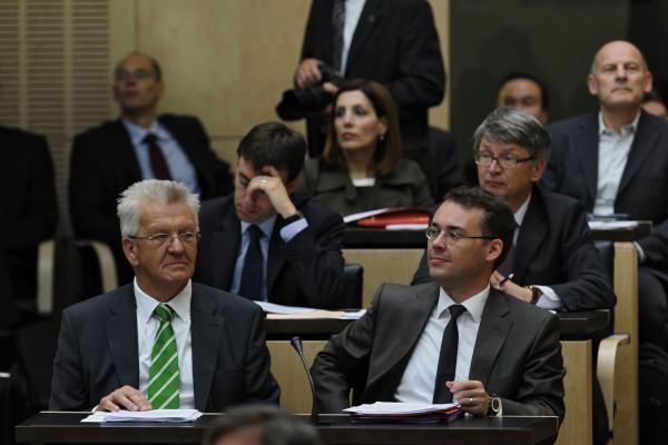 Im Bild links sitzte der Baden-Württembergische Ministerpräsident  Winfried Kretschmann (Grüne) in der Bundesratsbank. Kretschmann entschied für die Vorschläge der Unionsparteien, die Änderungen im Asylrecht anzunehmen - und stellte sich damit gegen die eigene Parteimeinung. (Foto: Archiv/Friedrichson Pressebild)
