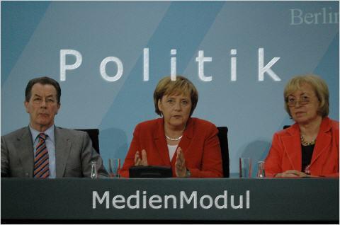 Im Jahr 2006 war Franz Münterfering (SPD) Arbeits- und Sozialminister (links im Bild). Angela Merkel (CDU) im zweiten Amtsjahr als Bundeskanzlerin. Neben ihr sitz 2006 zum ersten Integrationsgipfel - der Wendung der damals schon fast 30 Jahre wärenden Integrationspolitik in Gesamtdeutschland - Maria Böhmer, erste Staatsbeauftragte für Integration, angesiedelt erstmals im Kanzleramt. (Bild/Archiv: sylla/medienmodul)