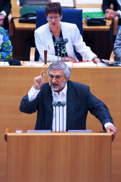 Verstorben ist der Bundestagsabgeordnete Deutscher Bundestag, Bonn, Plenarsitzung des 13. Deutschen Bundestages, 30.06.1995. Foto: Gerhard Zwerenz, PDS, spricht vor dem Plenum. Oben, Dr. Rita Süssmuth, CDU, Präsidentin des Deutschen Bundestages.