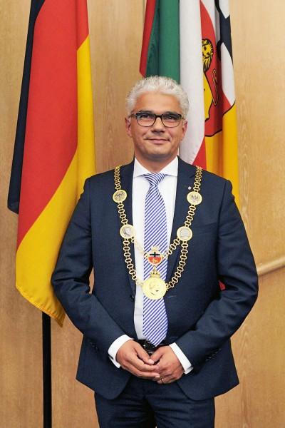 Amtseinführung und Vereidigung von Ashok Sridharan, CDU, zum neuen Oberbürgermeister der Bundesstadt  Bonn. Stadthaus, Ratssaal. 22.10.2015. Foto: Ashok Sridharan, CDU, OB-Bonn, hat das erste mal die Amtskette umgelegt bekommen